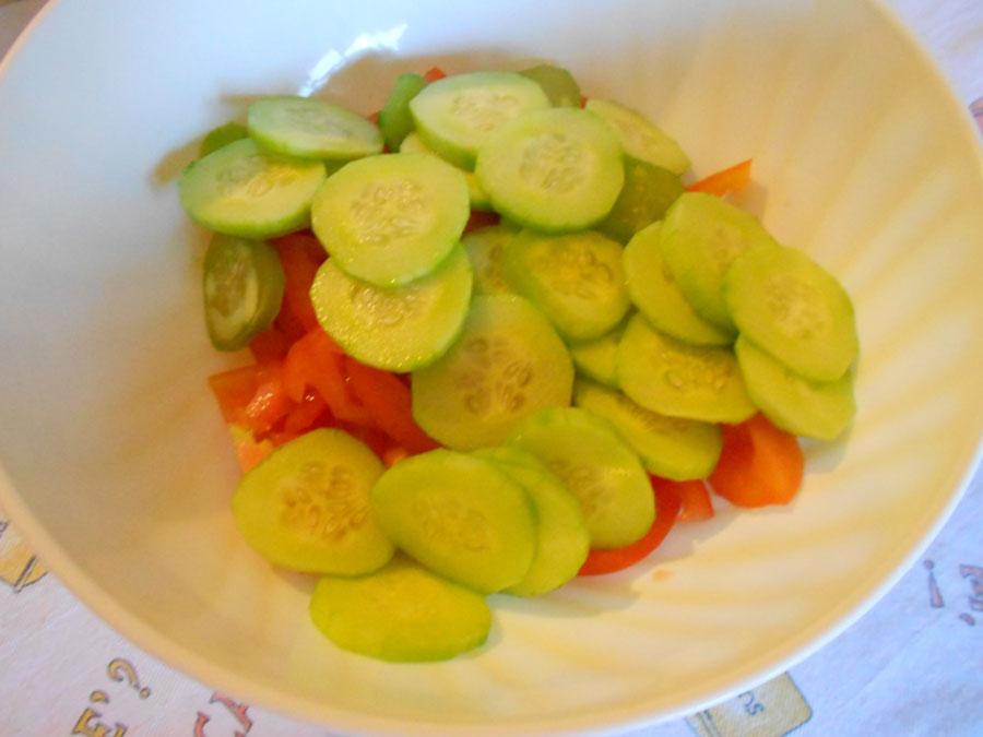положить в салатник нарезанные овощи silady.ru