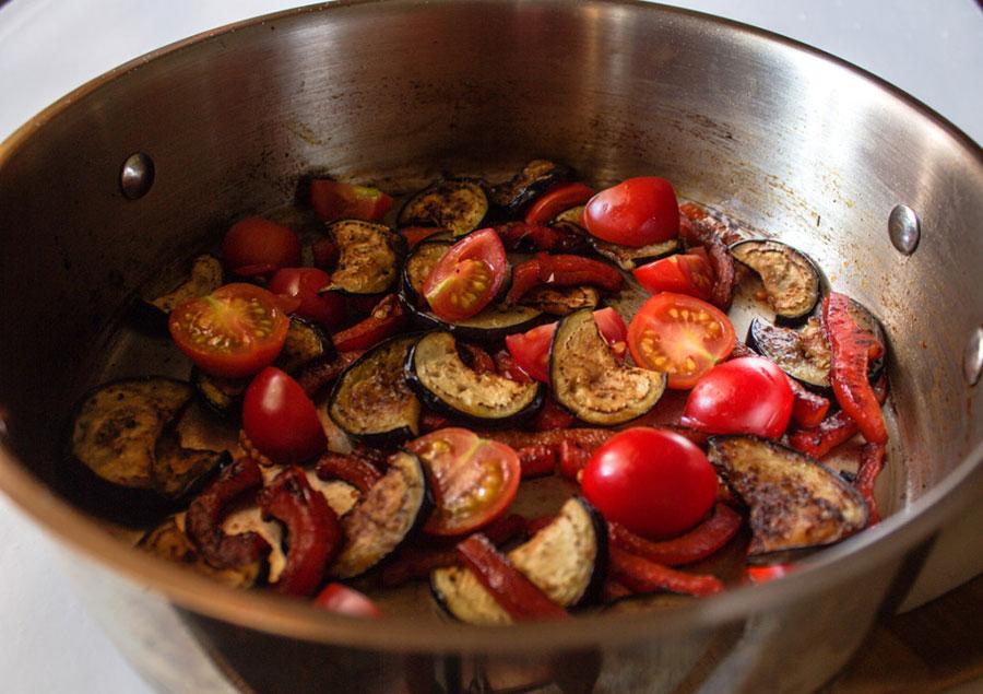 обжарьте баклажаны, перец и помидоры черри | silady.ru